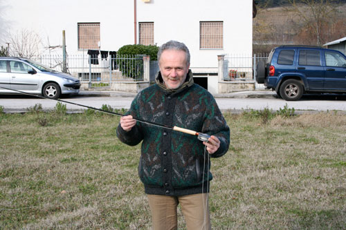 Mauro Minelli con una canna esagonale in grafite