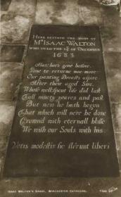 Tomba di Izaac Walton nella cattedrale di Winchester, immagine da stamps-auction.com