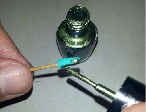 Colorare quanto ottenuto con lo smalto per unghie marca PUPA n. 730 – Verde metallizzato e fare asciugare